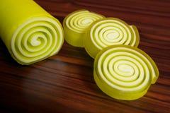 Savon formé par spirale jaune photographie stock libre de droits