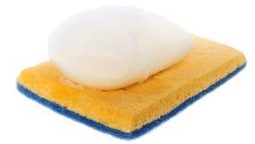Savon humide avec la mousse sur l'éponge de nettoyage Photo stock