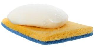 Savon humide avec la mousse sur l'éponge de nettoyage Photo libre de droits