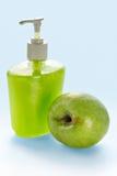 Savon liquide de crème de pomme photographie stock