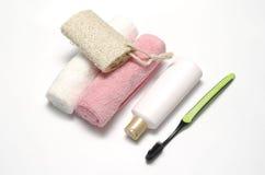 Savon liquide et brosse à dents de luffa de serviette photo stock