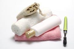 Savon liquide et brosse à dents de luffa de serviette photographie stock