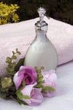 Savon liquide et fleurs image libre de droits