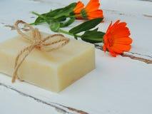 Savon naturel fait main de calendula de station thermale de bain sur le fond en bois de vintage Fabrication de savon Bars de savo Photographie stock libre de droits
