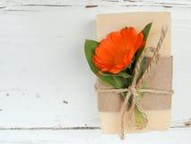 Savon naturel fait main de calendula de station thermale de bain sur le fond en bois de vintage Fabrication de savon Bars de savo Photo libre de droits