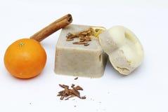 Savon naturel fait maison de mandarine et de cannelle Images stock