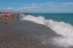 Savona, Italien - 2. Juli 2017: Auf Sand-undschindelstrand Stockfoto