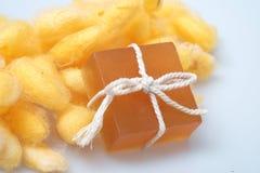 Savons de cocon et de miel de ver à soie de glycérine Images stock