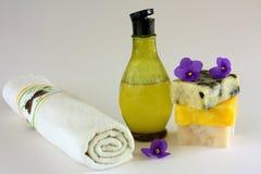 Savons, essuie-main et bouteille de shampooing Photos stock