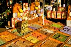 Savons français colorés au marché Photo libre de droits