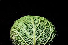 Savooiekool op een donker close-up als achtergrond Stock Foto
