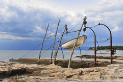 SAVUDRIJA, CROAZIA, il 26 giugno 2013, piccolo peschereccio sollevato sulla gru tradizionale Fotografia Stock