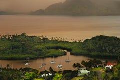Savusavu marina och Nawi holme på solnedgången, Vanua Levu ö, Fiji arkivbilder