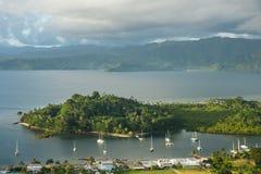 Savusavu marina och Nawi holme, Vanua Levu ö, Fiji royaltyfria bilder