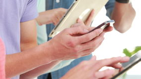 Savy ομάδα τεχνολογίας που χρησιμοποιεί τις ταμπλέτες και smartphones απόθεμα βίντεο