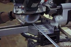 saw för bladcircularclose som skjutas upp Man som använder cirkelsågen för metallhörn Fotografering för Bildbyråer