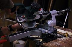saw för bladcircularclose som skjutas upp Man som använder cirkelsågen för metallhörn V2 Royaltyfri Foto