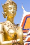 Sawasdee dourado da estátua do demónio em Wat Prakaew, Thail Foto de Stock