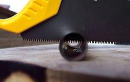 sawen för cuttingmetallrøret använde trä Arkivbilder