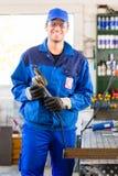 Sawing мастера с дисковым шлифовальным станком Стоковые Фотографии RF