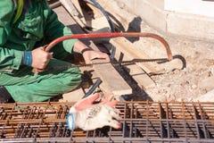 Sawing del lavoratore Immagine Stock