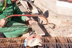 Sawing del lavoratore Fotografia Stock Libera da Diritti