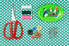 Sawingausrüstung mit roten Scheren und Thread Stockbilder