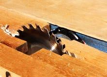 Sawingmaskin för wood bearbeta arkivbild