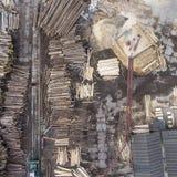 sawmill Árvores abatidas, logs empilhados em uma pilha Vista de acima fotos de stock