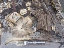 sawmill Avverkade träd, journaler som staplas i en hög ovanför sikt royaltyfria bilder
