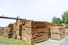 sawmill Lagret för att såga stiger ombord på ett sågverk utomhus royaltyfria foton