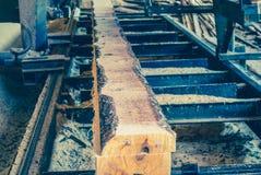 sawmill O processo de fazer à máquina entra serras da máquina da serração o t imagens de stock royalty free