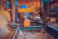 sawmill O processo de fazer à máquina entra serras da máquina da serração o t foto de stock royalty free