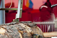 sawmill O processo de fazer ? m?quina entra a m?quina da serra??o do equipamento considerou que serras que o tronco de ?rvore na  foto de stock royalty free