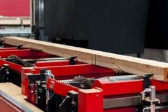 sawmill O processo de fazer ? m?quina entra a m?quina da serra??o do equipamento considerou que serras que o tronco de ?rvore na  fotos de stock