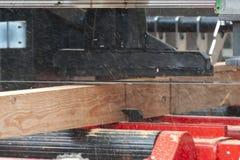 sawmill O processo de fazer ? m?quina entra a m?quina da serra??o do equipamento considerou que serras que o tronco de ?rvore na  fotos de stock royalty free
