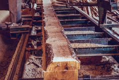 sawmill O processo de fazer ? m?quina entra serras da m?quina da serra??o o tronco de ?rvore fotos de stock