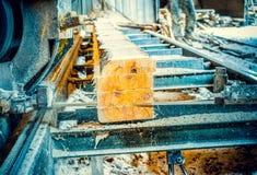 sawmill Processen av att bearbeta med maskin loggar in sågverkmaskinsågar ten arkivfoton