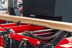 sawmill Processen av att bearbeta med maskin loggar in utrustnings?gverkmaskinen s?g att s?gar tr?dstammen p? plankan stiger ombo arkivbild