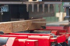 sawmill Processen av att bearbeta med maskin loggar in utrustnings?gverkmaskinen s?g att s?gar tr?dstammen p? plankan stiger ombo fotografering för bildbyråer