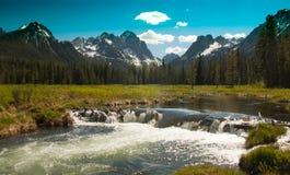 Sawtooths et barrage de castor Photographie stock libre de droits