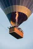 Saxão, Alemanha - 13 de agosto de 2017 O balão de ar quente no céu e os povos na cesta voam sobre a paisagem Imagens de Stock Royalty Free