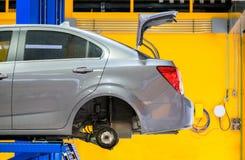 Sax för bakre sida för bil lyftande i garage royaltyfri foto