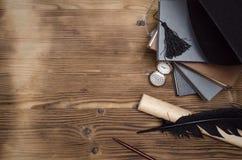 sax och blyertspennor på bakgrunden av kraft papper arkivbild