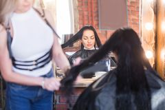 Sax och hårkam för bildvisningfrisör hållande royaltyfria foton