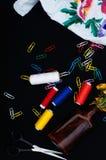Sax spolar med tråden Uppsättning av kulöra trådar i spolen med sax fingerborg för sömnad för bomullssatsvisare Sömnadtillbehör:  royaltyfri foto
