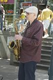 Saxaphone-K?nstler spielt Jazz an der 50. j?hrlichen Hochschulbezirks-Stra?e ehrlich lizenzfreie stockbilder