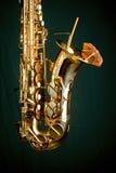 Saxofón de oro en verde fotos de archivo libres de regalías