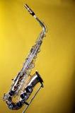 Saxofón del alto aislado en amarillo Fotos de archivo