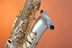 Saxofón del alto aislado en naranja Foto de archivo